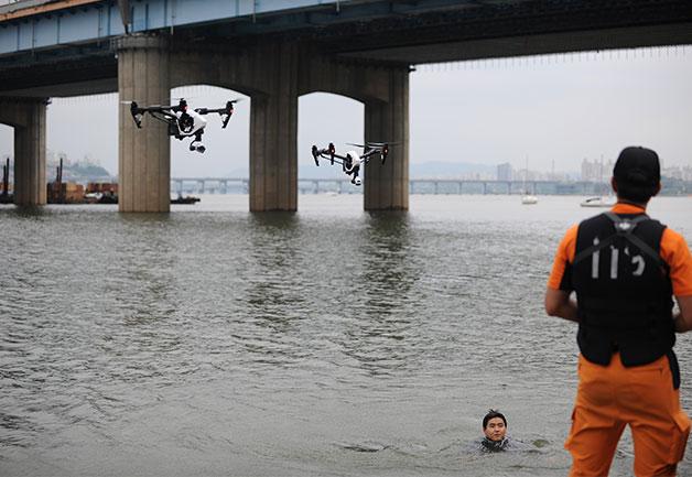 서울 동작대교 부근에서 소방재난본부 119특수구조단이 익수자 수난구조 훈련에서 드론을 운영하고 있다