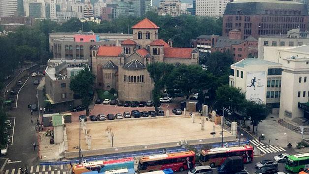 국세청 별관 임시광장 뒤로 대한성공회 서울주교좌대성당이 보인다.