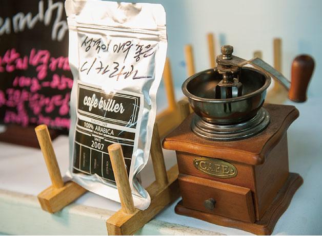 매일 바뀌는 커피의 마법, 요정과의 한판승도 잊지 마세요