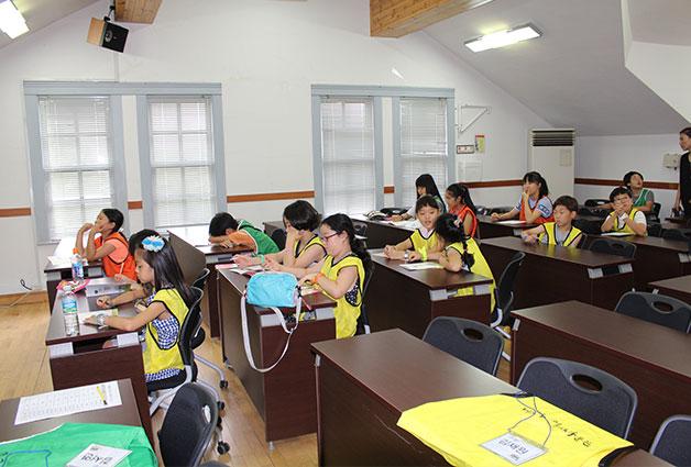 수업을 듣기 위해 모인 학생들