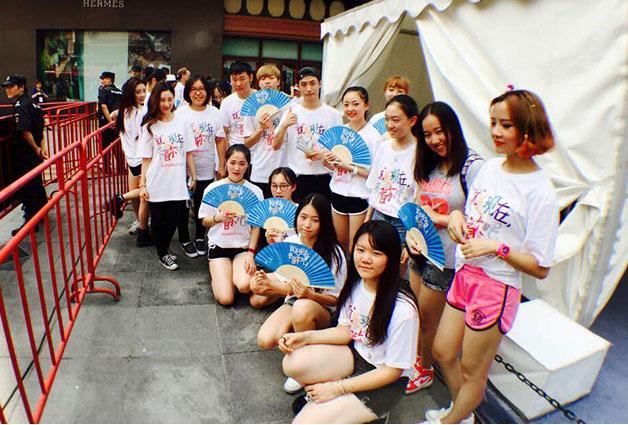 서울관광 지금 이때다 로고 티셔츠를 입은 100명의 K-pop댄스단의 거리 공연