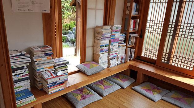 시원한 마룻바닥 위 방석에 앉아 책을 즐기며 시간을 보낼 수 있다