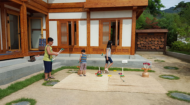 셋이서 문학관 앞뜰에서 아이들이 전통놀이를 즐기고 있다