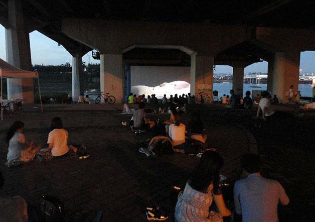 총 85편의 영화를 무료로 상영한 한강다리밑영화제는 21일 8시, 앙코르 상영작을 마지막으로 시민들과 만난다