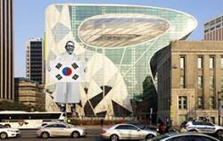 김구선생의 태극기로 꾸며질 서울시청 시민게시판