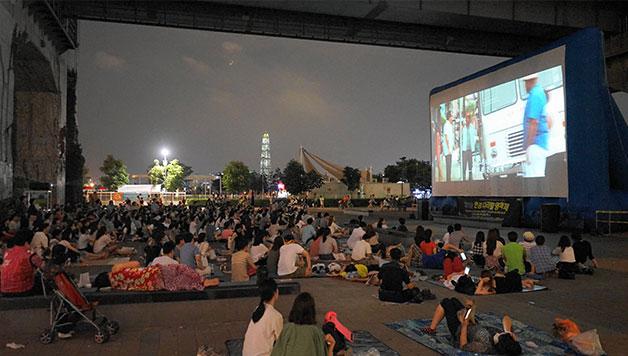 더운 여름, 도심 속 가장 시원한 영화관이 되었던 한강다리밑영화제 현장(청담대교하부)