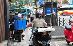 좁은 보도를 지나가는 오토바이들이 시민의 안전을 위협하고 있다 ⓒ뉴시스