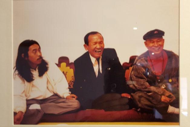 이외수, 천상병, 중광이 함께 찍은 사진이 전시되어 있다