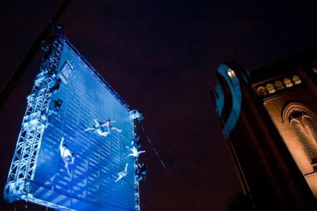 개막작으로 선정된 영국의 공중 퍼포먼스〈세상이 뒤집히던 날〉