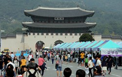 지난 20일 `서울 차 없는 날` 행사의 일환으로 진행된 `재사용 나눔장터` ⓒ연합뉴스