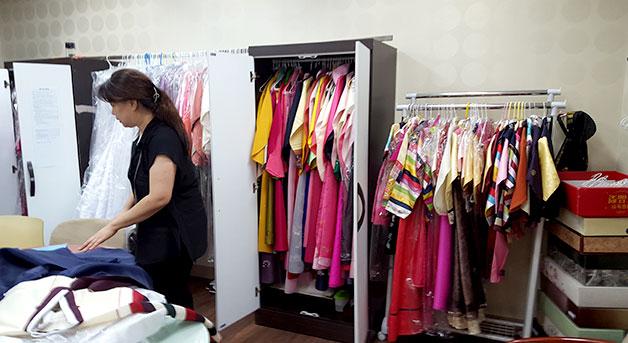 옷장에 보관중인 한복 모습