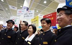 교복을 입고 퍼레이드에 참여한 서울시 자치구 구청장들