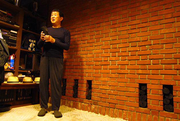 고석공간 지하에서 설명을 하고 있는 박기태 김수근문화재단 전 이사장
