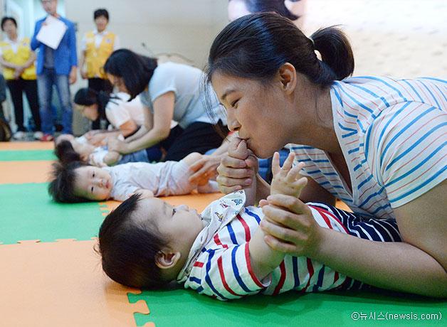 지난 8월 26일 서울 강북문화예술회관에서 열린 `모유수유아 선발대회`에 참여한 아기와 엄마들 ⓒ뉴시스