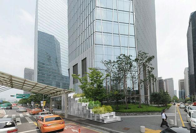 IFC 빌딩 앞에 위치한 추가 개방할 출입구 설계 모습