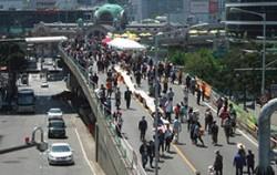시민들이 서울역 고가 위를 산책하고 있다