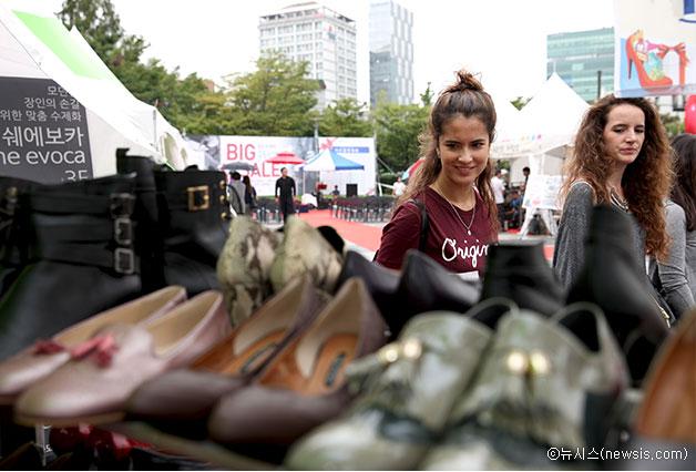 지난 9월에 왕십리역 광장에서 열린 `성수 수제화 Big Sale 구두장터`ⓒ뉴시스
