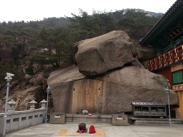 삼천사 보물 657호 마애여래입상에서 기도하는 모습