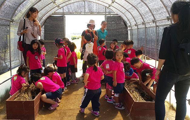 힐링농원 내 지렁이 사육장을 들러보는 아이들