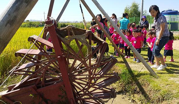 힐링체험농원 전통 농기구 앞에 선 참가자들