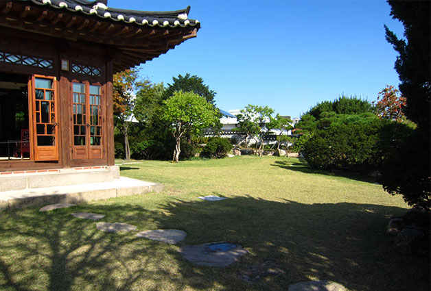 백인제 가옥의 넓은 정원