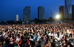 시민들이 서울시향의 연주를 들을며 박수를 치고 있다(한강 여의도 공원)ⓒ뉴시스
