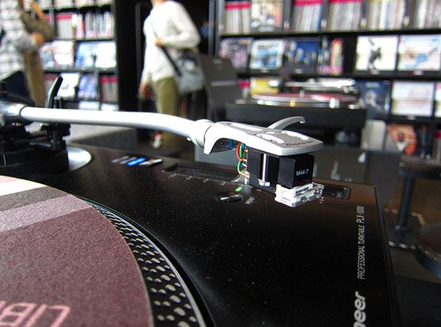 현대카드 뮤직 라이브러리에서는 바이닐을 골라 들을 수 있다