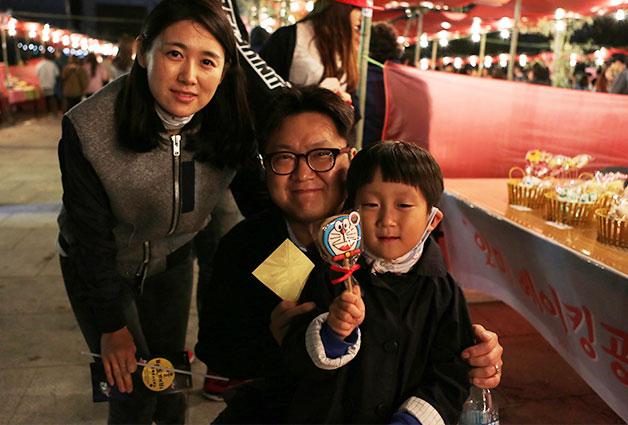 김연희 씨는 가족과 함께 야시장을 찾았다