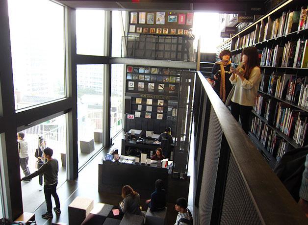 현대카드 1층과 2층이 시원하게 뚫려 있다