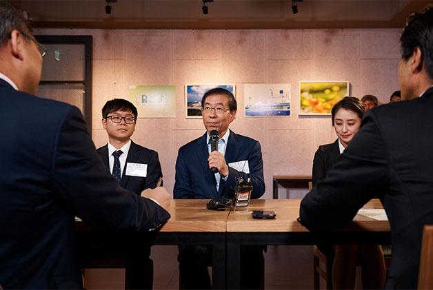 박원순 서울시장은 실제 취업준비생 2명과 함께 국제행사기획 분야 채용담당자 앞에서 모의면접을 봤다