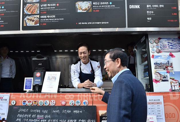 코오롱 커먼그라운드 입정상인과 대화를 나누고 있는 박원순 서울시장