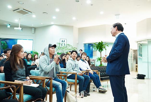 종로의 한 외국어어학원에서 서울시 청년 정책을 영어와 한국어로 강의하고 자유롭게 질문하고 답하는 `청춘토크쇼`를 열었다