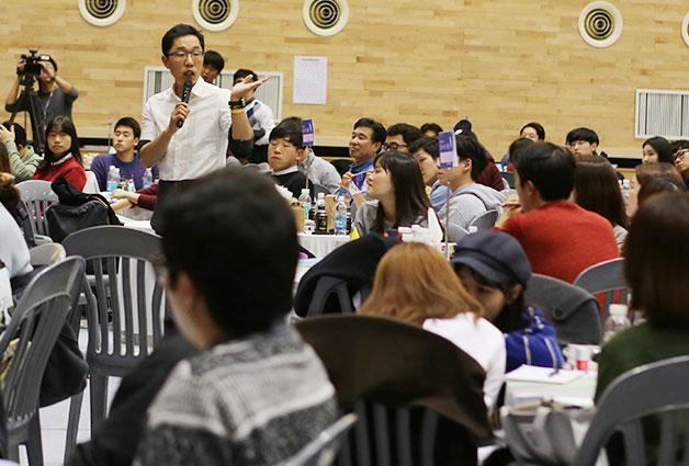 방송인 김제동 씨의 사회로 진행된 일자리 토크쇼에 대학생들이 참여하고 있다