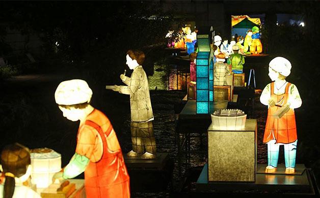 광장시장 풍경. 마약김밥, 할머니 순대집 등 광장시장의 명물을 등(燈)으로 표현했다.