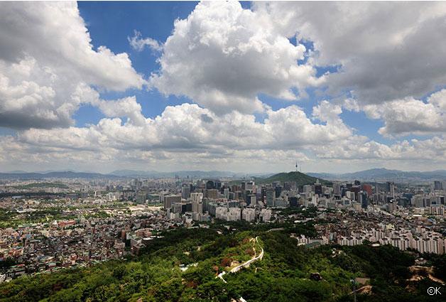 오늘날, 인왕산에서 바라본 서울도심과 능선을 따라 굽이치는 한양도성
