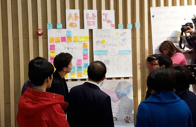 `상남job`팀이 서울시장에게 자신들의 아이디어를 어필하고 있다