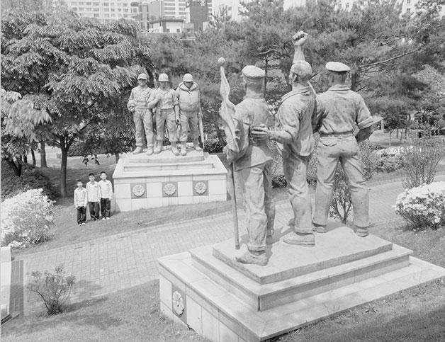 한국전쟁에 대한 기억을 상기시키는 전쟁기념비 등을 포착한 강용석의 `한국전쟁 기념비`