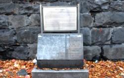 미아리 고개의 유래가 쓰여 있는 기념비