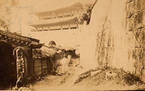 조지 클레이턴 포크가 1884년부터 1885년까지 촬영한 숭례문 (위스콘신대학교 밀워키 도서관)
