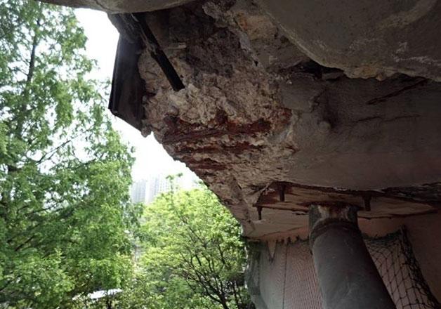 철근이 노출되어 있는 서울역고가 바닥판