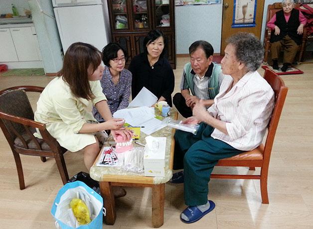 치아불소도포를 위해 직접 경로당을 방문한 지역 보건소 직원