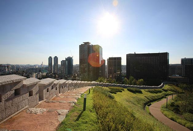 한양도성 남산구간에서 바라본 서울 도심