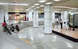 7호선 이수역의 넓은 상설공연장