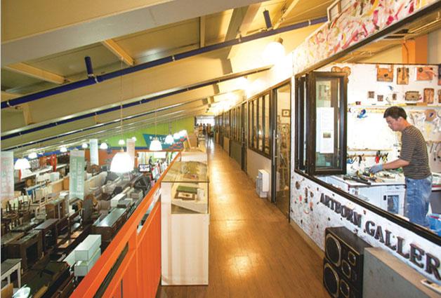 강동구재활용센터 1층에는 재활용품 판매 공간이, 2층에는 폐자원을 작품 재료로 삼아 창작 활동을 펼치고 있는 작가들의 작업 공간이 사이좋게 공존하고 있다.