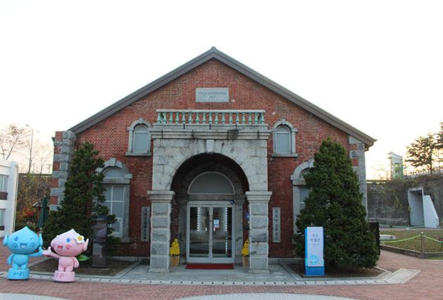 수도박물관은 동절기 평일 오전 10시부터 저녁 7시까지, 주말에는 10시부터 오후 6시까지 운영한다(월요일/명절 당일 휴관)