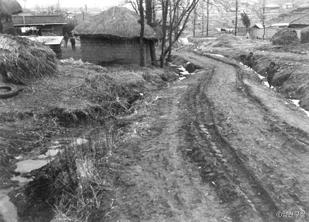 신트리지역으로 정랑고개에서 양천구청 방향으로 내려오는 길목(1972년) ⓒ양천구청