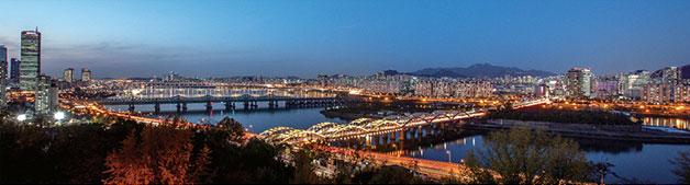서울의 젖줄 한강이 가로등 불빛에 우아하게 반짝이고, 여의도의 상징 63빌딩과 서울의 중심을 잡고 있는 이정표 N서울타워가 한눈에 들어오는 곳. 노들역 용봉정 근린공원에서 바라보는 야경은 그야말로 잘 차려놓은 밥상이다