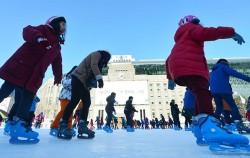 올해 초 서울광장에 마련된 스케이트장을 찾은 시민들이 즐거운 시간을 보내고 있다ⓒ뉴시스