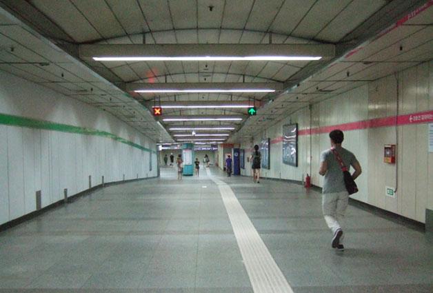 서울메트로와 서울도시철도공사의 환승역인 잠실역은 환승거리가 매우 길다