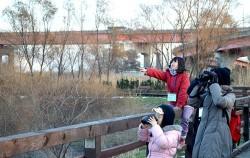 철새탐조 프로그램에 참여한 가족